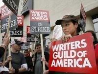 Пока идет забастовка сценаристов телесериалы решили позаимствовать сценарии у кинофильмов