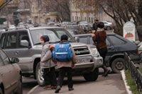 Сегодня автомобили оккупировали практически все городское пешеходное пространство