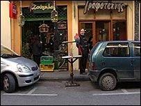 Попугай Коко оштрафован властями греческого города Патрас за нарушение правил парковки на 444 евро