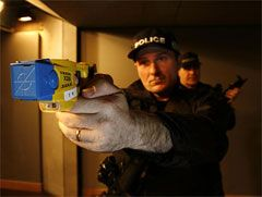Полицию Лондона оснастили электрошоковым оружием