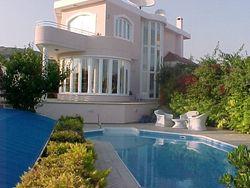Пока брата не было, британец перекрасил его дом в розовый цвет