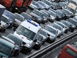 Скорую помощь  тормозят пробки и кортежи