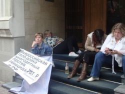 Новость на Newsland: Женщины голодают на крыльце офиса