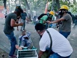 Стамбульских медиков обвинили в незаконной помощи демонстрантам