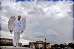 Самым странным французским блоггером оказался ангел (фото)
