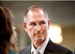 Папарацци подловили Стива Джобса в пиджаке с галстуком