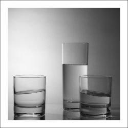 Под током вода в стаканах ведет себя странным образом