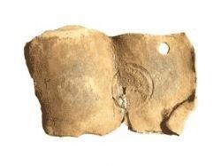 Найдено адресованное римскому императору проклятие - свинцовая пластина с вложенной внутри монетой с профилем Валента
