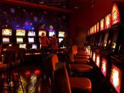 Азартный папаша Чань Син забыл о ребенке, увлекшись игровыми автоматами