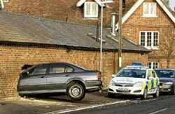 Пьяный водитель чуть не убил ребенка, пробив стену жилого дома