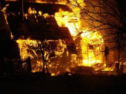 Четырехэтажное здание фабрики «Северный текстиль» горит в Санкт-Петербурге