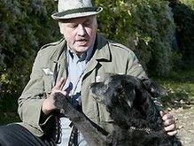 Фанатик Адольфа Гитлера Рональд Т. обучил собаку нацисткому приветствию