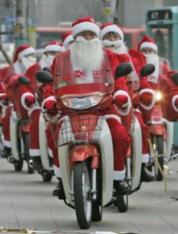 Санта-Клаусы на скутерах собирают средства на помощь нуждающимся (фото)