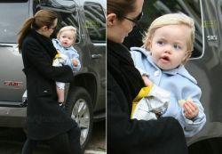 Анжелина Джоли кормит годовалого ребенка чипсами