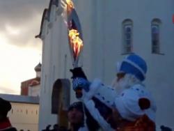 В Вологде олимпийский факел вспыхнул в руках у Деда Мороза