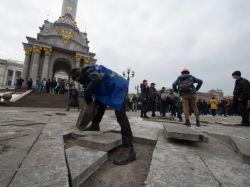 Демонстранты попытались снести памятник Ленину в Киеве