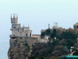 Чиновников и сотрудников госкомпаний направят на отдых в Крым
