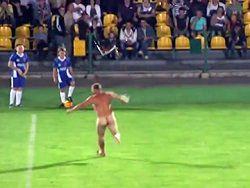 Новость на Newsland: Голый болельщик прервал футбольный матч на Украине