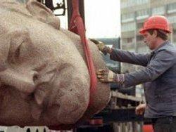 В Харькове спилили свежевосстановленный памятник Ленину