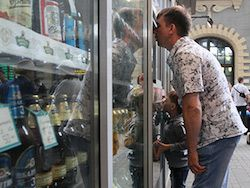 Минпромторг допустил возвращение алкоголя и сигарет в ларьки