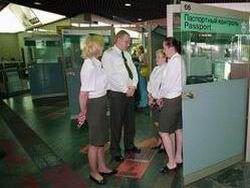 Новость на Newsland: Стюардессу сняли с международного рейса из-за долгов