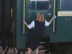 Проводница сбросила с поезда вещи украинских военных
