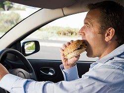 Американца вызвали в суд за поедания бургера за рулем