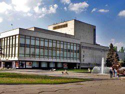 Днепропетровск: директора театра бросили в мусорный бак