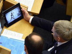 Депутаты во время заседания рассматривают полуголых дев