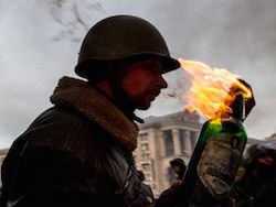 Киев: к манифестантам у Нацбанка присоединились националисты