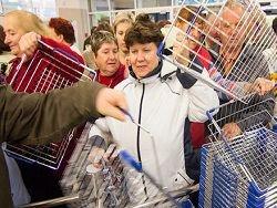 Паника во Львове: жители опустошают магазины