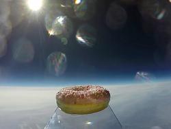 Новость на Newsland: В Норвегии ученые отправили в космос пончик с глазурью