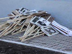 """После акции """"Бессмертный полк"""" выбросили фото """"погибших дедов"""""""