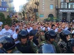 Польские фанаты в центре Киева сожгли украинский флаг