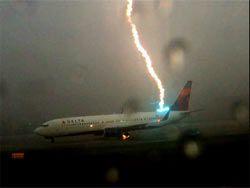 Картинка дня: прямое попадание молнии в Boeing 737