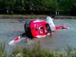 В Москве вертолет упал в реку около Мякинино