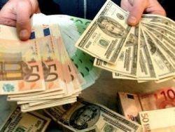 Курс рубля по отношению к доллару почти не изменился