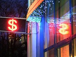 Центробанк поднял курсы евро и доллара на два рубля