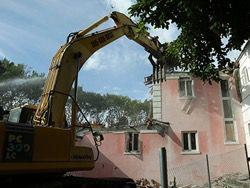Приверженцы экзорцизма снесли розовый особняк Пабло Эскобара