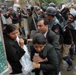 В Пакистане разрешено расстреливать протестующих