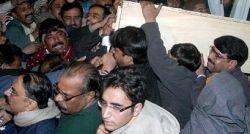 Во время похорон Беназир Бхутто убито 16 человек