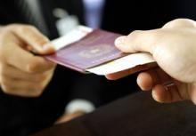 Латвийские чиновники нелегально продавали белорусам паспорта граждан ЕС