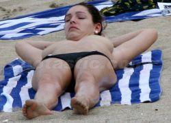 Келли Брук решила позагорать без купальника (фото)