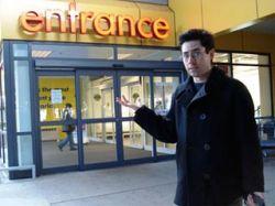 Бездомный актер и продюсер Марк Малкофф переехал жить в IKEA (фото)