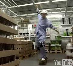Бездомный актер Марк Малкофф переехал жить в IKEA (видео)