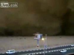 Российский турист снял жуткую песчаную бурю на видеокамеру (видео)