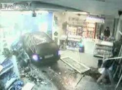 Пьяный водитель въехал в магазин на автозаправке прямо на машине (видео)