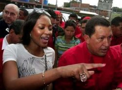 Наоми Кэмпбелл приписывают роман с президентом Венесуэлы Уго Чавесом