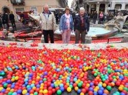 """Футуристы \""""утопили\"""" римскую площадь в пластиковых шариках"""