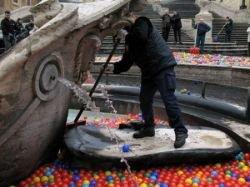 Футуристы утопили римскую площадь в пластиковых шариках (фото)